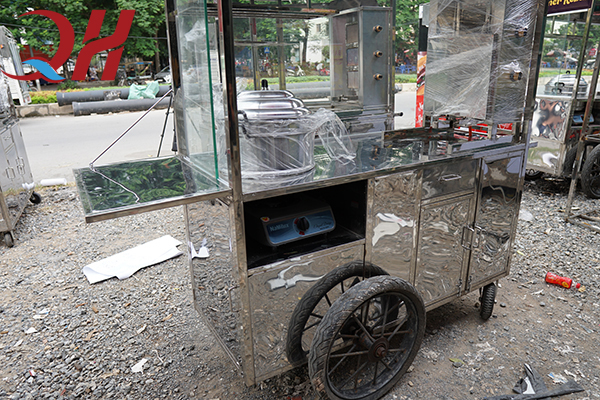 Bếp gas mini và chõ xôi được bố trí ngay trên xe cực kì tiện lợi