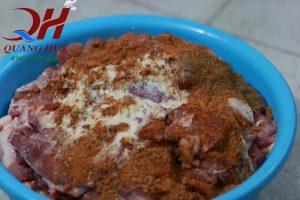 Công đoạn ướp thịt làm bánh mì Doner kebab