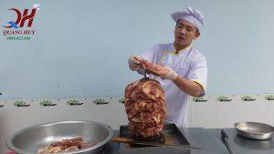 xếp thịt lên xiên sau đó để lò nướng hoạt động