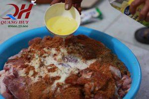 Trộn đều gia vị tẩm ướp Doner kebab với mẻ thịt, cho thêm mật ong dậy mùi