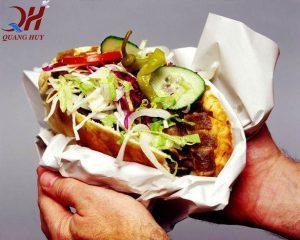 Trên tay bánh mì Doner kebab hảo hạng