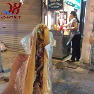 Trên tay chiếc bánh mì Doner kebab thơm ngon của Berlin Kebab