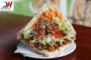 Bánh mì Doner kebab với phần nhân thịt gà khác biệt với các tiệm bánh mì khác
