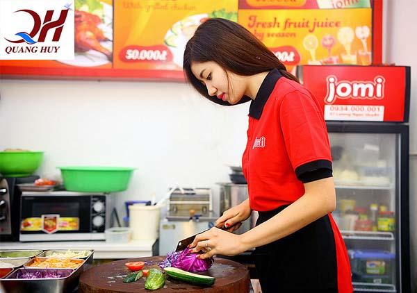 Bánh mì kebab Jomi với phong thái phục vụ chuyên nghiệp, chu đáo