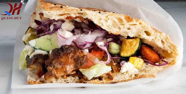Bánh mì Kebab Torki ngập tràn nhân thịt và rau rất hấp dẫn