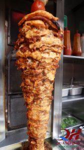 Cây thịt Doner kebab được tẩm ướp sẵn một cách hoàn chỉnh