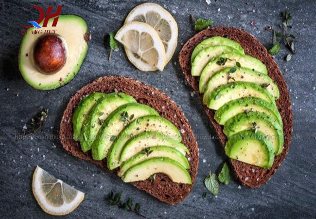 Bánh mì đen thường ăn kèm với nhiều loại thực phẩm khác nhau rất phù hợp