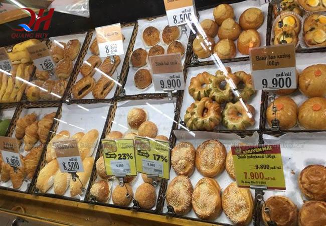 Bạn có thể tìm mua bánh mì đen ở những quầy bánh mì trong siêu thị bigc