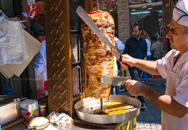 Cắt thịt doner kebab bằng tay sẽ lâu hơn mà miếng thịt lại không đẹp mắt