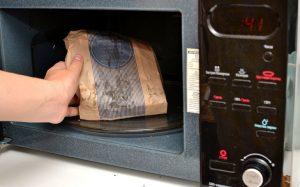 Những vật dụng không nên cho vào lò nướng thịt bạn cần biết