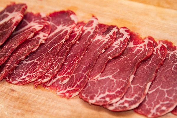Sơ chế thịt bò và thái mỏng