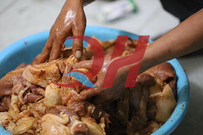 Ướp thịt với hỗn hợp gia vị ướp thịt Doner Kebab