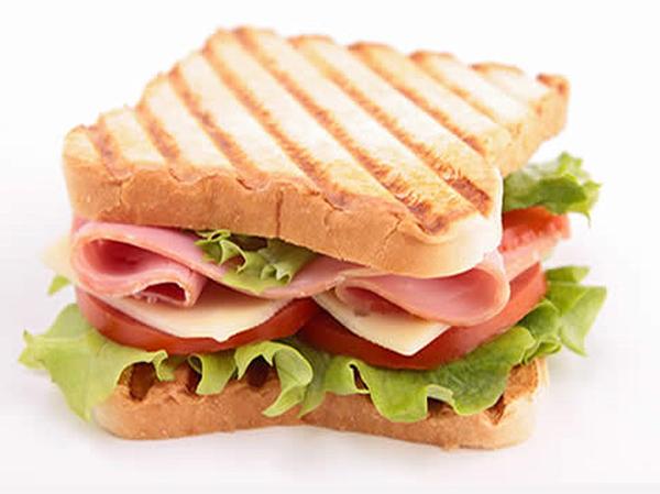 Bánh mì sandwich kẹp xúc xích rất hấp dẫn