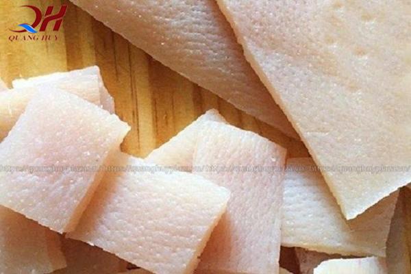 Làm sạch và cắt nhỏ da lợn