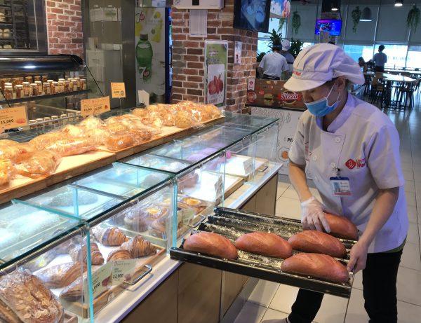 Siêu thị cũng là địa chỉ để bạn có thể mua cho mình những chiếc bánh mì que ngon và chất lượng