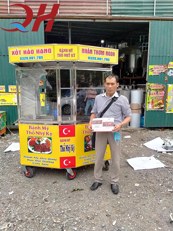 Xe bánh mì Doner Kebab hình lục giác vừa trao tận tay khách hàng