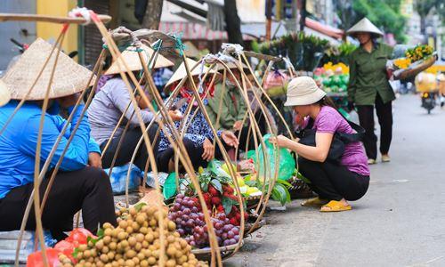 Những gánh hàng rong bán hoa quả