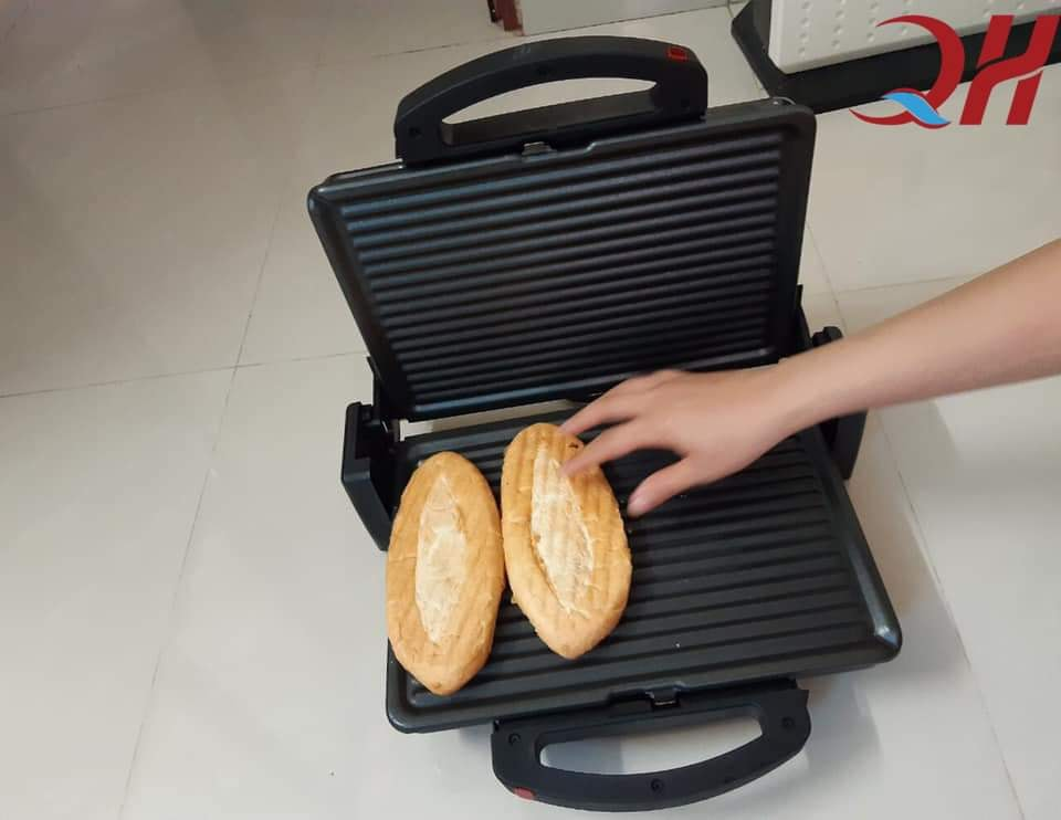 Máy kẹp bánh mì Tiross giúp chiếc bánh nóng giòn thơm ngon hơn
