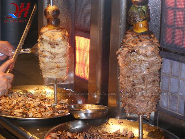 Những cây thịt nướng vàng giòn với hương vị đậm đà thơm ngon, gia vị ướp thịt doner kebab, cách ướp thịt doner kebab, cách làm thịt nướng bánh mì doner kebab, công thức tẩm ướp thịt doner kebab