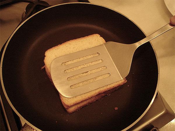 Lật đều tay để bánh mì không bị cháy nhé