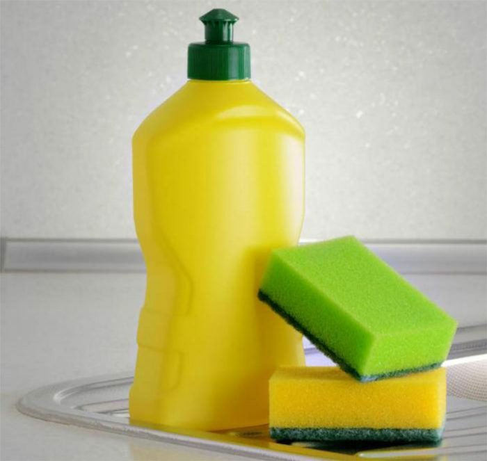 Làm sạch vết bẩn bằng nước rửa chén