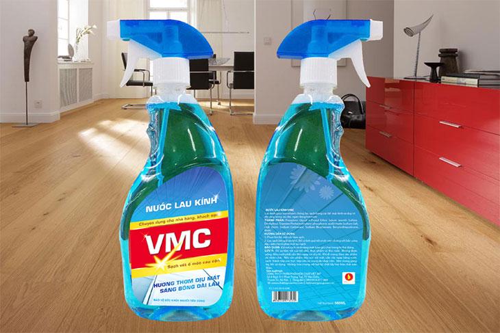 Sử dụng nước lau kính làm sạch vết bẩn