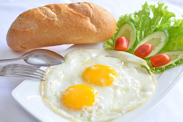 Trứng ốp la ăn với bánh mì nhanh rẻ giành cho học sinh