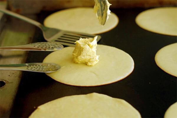Kết hợp nhân bánh với vỏ bánh