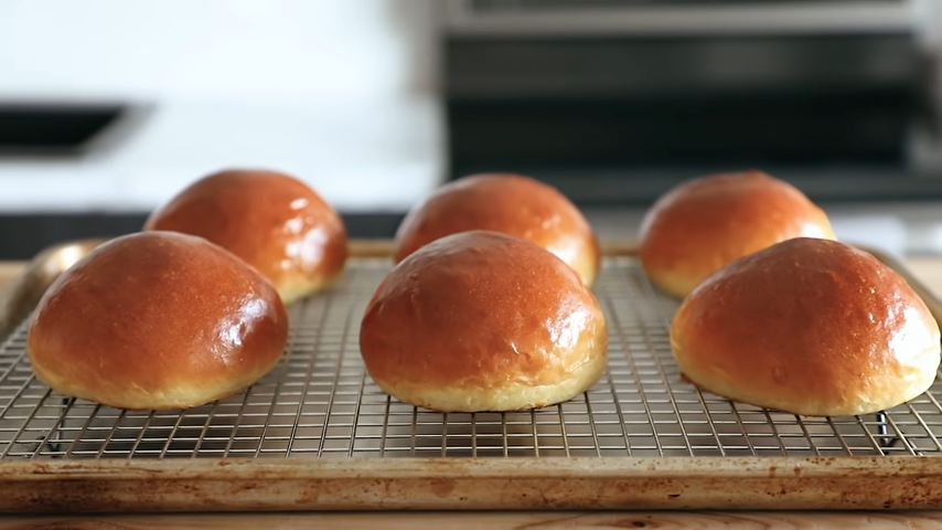 Công đoạn nướng bánh mì humberger