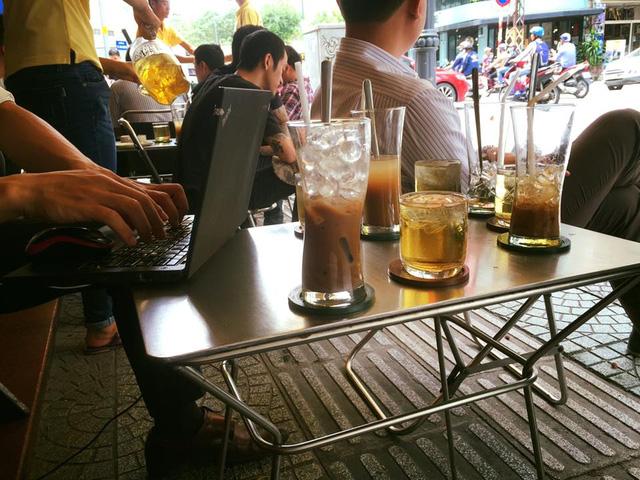 """""""Hốt bạc"""" với nghề kinh doanh cafe vỉa hè, lề đường"""