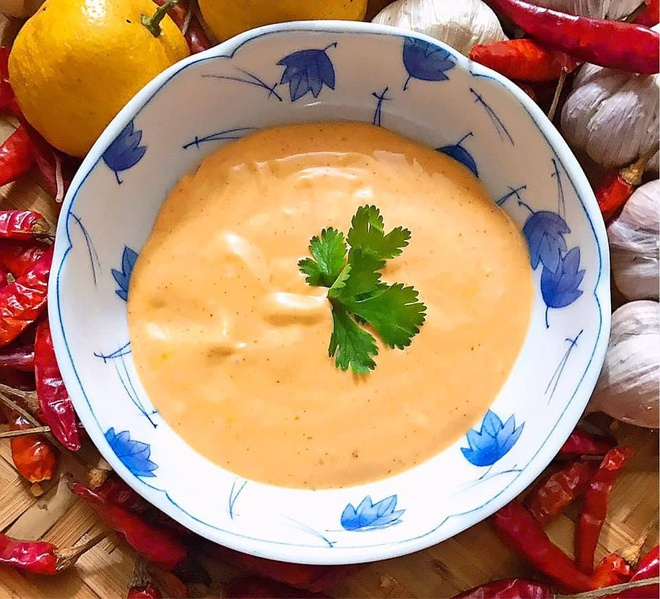 Nước sốt salad với tương ớt và mayonaise